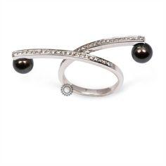 Ένα πολύ πρωτότυπο δαχτυλίδι σε λευκόχρυσο Κ18 με διαμάντια κατά μήκος του δαχτυλιδιού που καταλήγουν σε δύο μαύρα μαργαριτάρια. Αποστολή εντός 24 ωρών. #μαυρο #μαργαριταρι #διαμάντια #λευκοχρυσο #δαχτυλίδι Bangles, Bracelets, Wedding Rings, Engagement Rings, Jewelry, Fashion, Enagement Rings, Moda, Jewlery