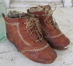 chaussures enfants anciennes Antique Victorian Baby Shoes with Feather Stitching Vintage Shoes, Vintage Outfits, Old Shoes, Shoe Gallery, Antique Clothing, Baby Kids Clothes, Childrens Shoes, Vintage Children, Baby Wearing