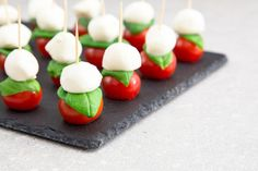 caprese salad skewers with tomato and mozzarella with basil Nutella Brownies, Healthy Dinner Recipes, Meat Recipes, Cooking Recipes, Summer Wedding Menu, Wedding Spot, Caprese Salad Skewers, Salada Caprese, Easy Desserts