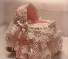 Moisés para bebé.Baby Moses. €23,95, via Etsy.  Miniature bassinet