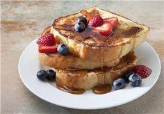 Met dit eenvoudige recept maak je de lekkerste wentelteefjes ooit! Garneer met wat fruit, dat staat erg leuk!