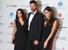 Ricky Martin, todo un 'gentleman', posó en el photocall con las dos protagonistas de la noche, Eva Longoria, promotora de la gala, y Victoria Beckham.