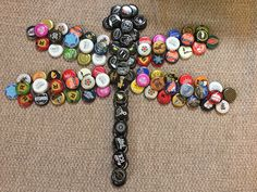 Bottle cap art dragon fly Bottle cap art dragon flyYou can find Bottle cap art and more on our website. Diy Bottle Cap Crafts, Beer Cap Crafts, Bottle Cap Projects, Bottle Top Art, Bottle Cap Table, Beer Bottle Caps, Beer Bottles, Beer Cap Art, Reuse Plastic Bottles