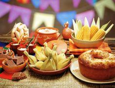 Mesa de festa junina com comidas típicas