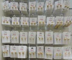 Dar brincos dourados de presente de amigo secreto não tem erro! Os acessórios são da Pink Biju estão a partir de R$19,90