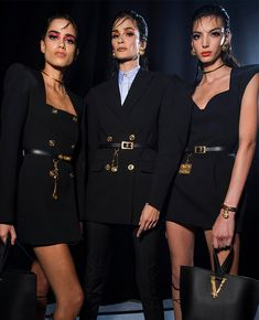 Discover the Women's Spring Summer Collection Fashion Show by Versace. Tailoring, sportswear and effortless glamour. Donatella Versace, Gianni Versace, Men Fashion Show, Womens Fashion, Fashion Top, Fashion Brands, Hollywood Red Carpet, Glamour, Couture