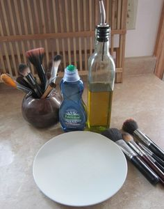 Cleaning make up brushes You will need: dish soap olive oil a plate water (not pictured) paper towel or dish towel (not pictured) dirty, dirty makeup brushes Makeup Brush Uses, Diy Makeup Brush Cleaner, How To Clean Makeup Brushes, Brush Cleaning, Cleaning Tips, Cleaning Brushes, Cleaning Recipes, Deep Cleaning, Spring Cleaning
