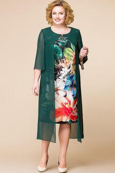 Платье женское относится к торжественной нарядной одежде. Платье прилегающего силуэта, длиной за колено. Центральная часть переда из отделочной ткани, с двумя нагрудными вытачками. Спинка с двумя талиевыми вытачками, средним швом, заканчивающимся шлицей. Вверху среднего шва разрез, фиксирующийся на одну навенсую петлю и одну пришивную пуговицу. Горловина круглая, обтачная, без воротника. В горловину закреплена отлетная деталь переда и спинки, выполненная из шифона. Отлетная деталь спинки… Мода Для Людей С Формами, Сдержанная Мода, Мода Размера Плюс, Модные Наряды, Платья Для Полных, Одежда Большого Размера, Стильные Платья, Юбки Миди, Свободные Платья Черного Цвета