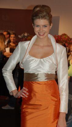 Brautkleider und Hochzeitskleider für das Standesamt aus Seide Apron, Fashion, Silk, Moda, La Mode, Fasion, Fashion Models, Trendy Fashion, Aprons