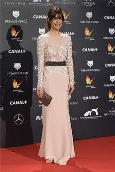 Alexandra Jiménez con vestido rosa palo con flores bordadas en el cuerpo, de Escada.