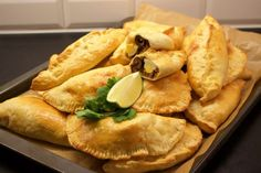 Empanadas- Chilenska piroger - ZEINAS KITCHEN Beef Recipes, Vegetarian Recipes, Healthy Recipes, Healthy Foods, Chen, Empanadas, Zeina, Cheesesteak, Love Food