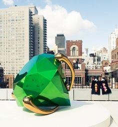 Lisa Perry: They had to lift this [Jeff Koons piece] up with a crane, they had to close Sutton Place. Neo Pop, Contemporary Sculpture, Contemporary Art, Jeff Koons Art, Kitsch, High Art, Outdoor Art, Public Art, Public Spaces