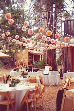 comment décorer le jardin mariage, déco de table mariage avec fleurs et lanterne en papier