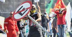 Confronto entre policiais e manifestantes durante ato convocado pela Central Única dos Trabalhadores (CUT), a Força Sindical e outros sindicatos de várias partes do Brasil em Brasília