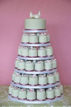 mini wedding cake- I absolutely love this idea!!! Maybe a two tier cake and then the mini cakes! ?