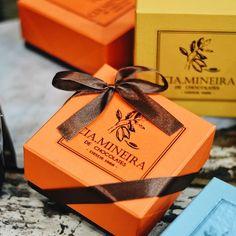 A nossa caixa Valencia é um sucesso o ano todo! Com uma alegre e linda paleta de cores, vai fazer muito feliz a pessoa presenteada! Para montar, escolha 9 trufas ou faça uma seleção de produtos personalizada. 🎨✨🍫 #CiaMineiradeChocolates #Embalagens #ProduçãoPrópria