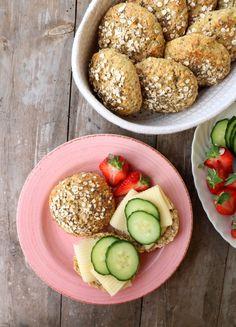 Proteinrike havrerundstykker med chiafrø - LINDASTUHAUG Omelette, Lunch Time, Food For Thought, Scones, Nom Nom, Cereal, Sandwiches, Berries, Food Porn