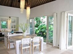 Ubud property rental - Spacious dining table and well equipped kitchen