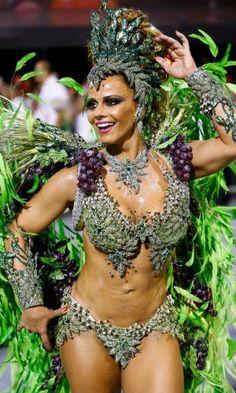 Rainha de bateria da Mancha Verde, Viviane Araújo desfila no sambódromo do Anhembi