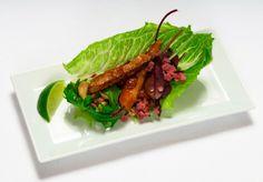 Lettuce rolls stuffed with Korean pork  - Lankkupihvi-savuhärkä -tikut korealaiseen tyyliin, resepti – Ruoka.fi
