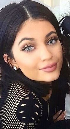 Kylie with blue contacts Kylie Jenner Gallery, Kylie Jenner Style, Kendall And Kylie Jenner, Kardashian Family, Kardashian Jenner, Kourtney Kardashian, Jenner Makeup, Kylie Jenner Lipstick, Jenner Girls