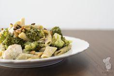Pasta met broccoli, een romige kruidensaus en pijnboompitten. (Lees het recept via de bron.)