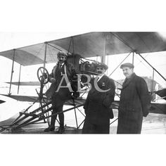 San Sebastián. Abril de 1912. Los aviadores Paulhan (1) y Garnier (2) a la llegada del primero a San Sebastián: Descarga y compra fotografías históricas en | abcfoto.abc.es