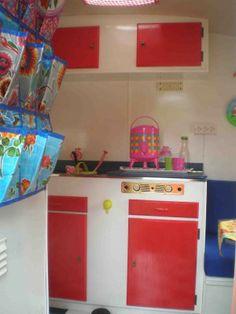 Vrolijk keukentje in rood en wittinten. #caravan #kip