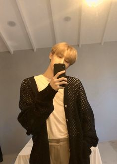 """""""He knows y'all can shut up and here's a mirror selca to distract you"""" Jooheon, Hyungwon, Monsta X Kihyun, Yoo Kihyun, Shownu, Minhyuk, Extended Play, Im Changkyun, Starship Entertainment"""