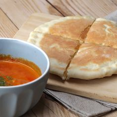 Instead of grilled cheese with your tomato soup, mix it up and try some cheese naan: 15 Tasty Bread Recipes To Try While You're At Home In Quarantine Naan, Tasty Bread Recipe, Bread Recipes, Chocolate Chip Zucchini Bread, Bagel Shop, Buzzfeed Tasty, Snacks Saludables, Good Food, Yummy Food