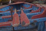 Bote Caleta Tumbes  Forma Ovalada casi imitando la forma de un pez , se aprecia también una textura de la madera pintada y envejecida