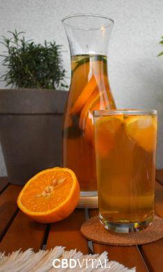 500 ml Wasser mit 4 EL Erythrit/Zucker aufkochen ➡ 3EL Hanf Energy Tee dazugeben & 6 Minuten ziehen lassen ➡ abkühlen lassen ➡ etwa 300 g Eiswürfel in eine Karaffe geben ➡ Tee durch ein Sieb in die Karaffe gießen ➡ 1 ½ Orangen in den Tee pressen ➡ übrige Orange in Scheiben schneiden & gemeinsam mit Minze in die Karaffe geben ➡ Hanf-Energy Eistee mit Eiswürfel und Minze servieren & kühl genießen 🍊 Belebend & aktivierend 🌱 Reich an natürlichem CBD 🌱 Mit Ingwer, Zitronengras & Grünteee. Kraut, Hurricane Glass, Alcoholic Drinks, Tableware, Food, My Dream House, Savory Breakfast, Lemon Grass, Iced Tea