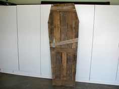 DIY Pallet Coffin  Visit & Like our Facebook page! https://www.facebook.com/pages/Rustic-Farmhouse-Decor/636679889706127