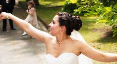 Die Braut versucht die #Seifenblasen zu erhaschen und legt dabei ein kleines Tänzchen hin... #Hochzeitsfotos dürfen auch mal kitschig sein...