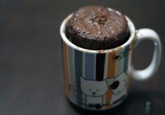 Klassischer Schoko-Tassenkuchen aus der Mikrowelle mit Vanilleeis   eHow Deutschland