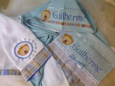 lha que lindo este Kit!!! Perfeito para garantir conforto e beleza na hora da higiene do bebê. <br> <br>O kit contem: <br>- Uma toalha com capuz felpuda e com forro de fralda, ideal para garantir uma boa absorção de água sem machucar a pele sensível do bebê. <br>- Toalha Lavabo: <br>- E fralda: <br> <br>* Nossas fraldas são todas da marca Cremer (do tipo Luxo) e só utilizamos tecidos 100% algodão. E bordados em ponto cruz em vários temas e cores!! <br>* E antes de confeccionar a peça, nós…
