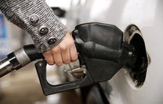 Porque compensa ir meter gasolina no lado de lá da fronteira