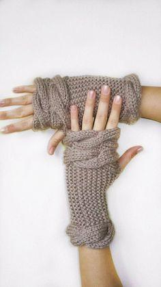 MILKY BRAUN fingerless GLOVES  #crochet #gloves #fashion #girls  www.loveitsomuch.com Knit Mittens, Knitted Gloves, Crochet Gloves Pattern, Knit Crochet, Knitting Yarn, Knitting Patterns, Crochet Christmas Gifts, Fingerless Mitts, Wrist Warmers