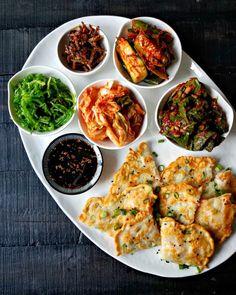 Korean Scallion & Shrimp Pancakes and Banchan - Korean Food Ideen Korean Bbq At Home, Korean Food, Korean Beef, Korean Side Dishes, Asian Recipes, Healthy Recipes, Ethnic Recipes, Asian Foods, Banchan Recipe