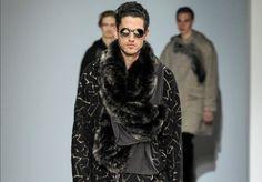 La collezione uomo Emporio Armani autunno inverno 2015-2016 a Milano Moda Uomo Dall'aria un pò misteriosa, veste con disinvoltura e...
