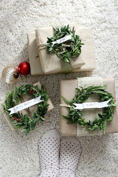 クリスマスプレゼントに沿えた小さなクリスマスリースがとっても可愛らしくて、心が踊ります♪クリスマスならではの、アイデアがとっても素敵!
