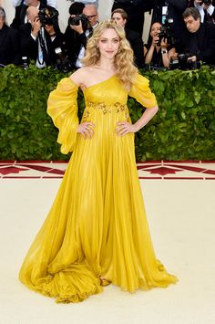 Amanda Seyfried in Prada - All Met Gala 2018 Dresses - Met Gala Red Carpet Celebrity Style Amanda Seyfried, Gala Dresses, Red Carpet Dresses, Club Dresses, Couture Mode, Couture Fashion, Celebrity Red Carpet, Celebrity Style, Celebrity Dresses