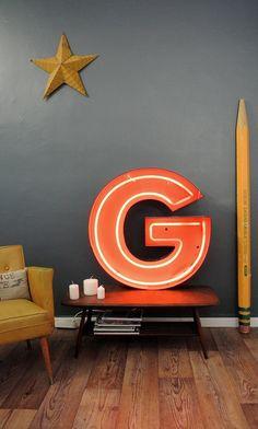Lettre lumineuse issue d'un ancien bowling français. Eclairage néon, vendue avec prise électrique. Face plastique rouge, tranche plastique noire. En vente sur http://www.kidimostore.com/boutique?p=1