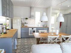 Kaunis laattalattia maalaisromanttisessa keittiössä