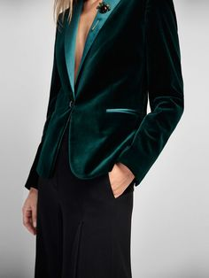 Autumn winter 2016 WOMEN´s GREEN VELVET BLAZER at Massimo Dutti for 225. Effortless elegance! More