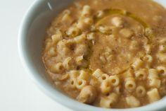 La pasta e ceci cremosa è un primo piatto dagli ingredienti molto semplici ma dalla consistenza vellutata che vi stupirà. Ecco la ricetta