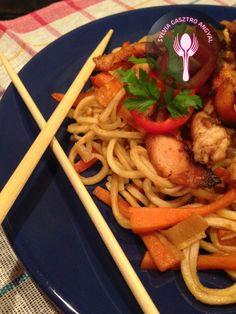 Mézes-chilis csirkemell kínai sült tésztával     Sylvia Gasztro Angyal Chili, Spaghetti, Chicken, Ethnic Recipes, Food, Chili Powder, Chilis, Meals, Noodle