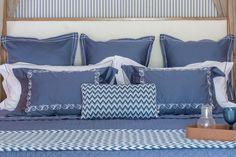 Cama mega confortável, com almofadas Euro, que têm70cm x 70cm de tamanho, e travesseiros extra um pouco maiores do que os que normalmente usamos para dormir(50cm x 90cm), da Valencien.