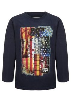 This long sleeved T-shirt from Levi's draws on the brand's American heritage and features the stars and stripes in a distressed effect print to the front. Crafted from cotton with a classic crew neckline, this tee is an ideal pairing with one of the brand's iconic denim jean styles for an effortlessly cool look. 100%