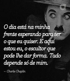 Charles Spencer Chaplin, foi um ator, diretor, produtor, humorista, empresário, escritor, comediante, dançarino, roteirista e músico britânico. Chaplin foi um dos atores da era do cinema mudo, notabilizado pelo uso de mímica e da comédia pastelão. Wikipédia